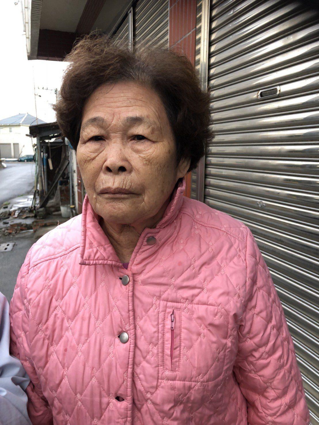 嘉義縣布袋鎮80歲老阿嬤張李金蓮,遭嘉義客運司機硬拉下車,造成手腕關節扭傷。記者...