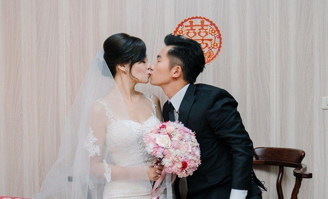 蔡昌憲在迎娶儀式上甜吻嬌妻。圖/群星瑞智提供