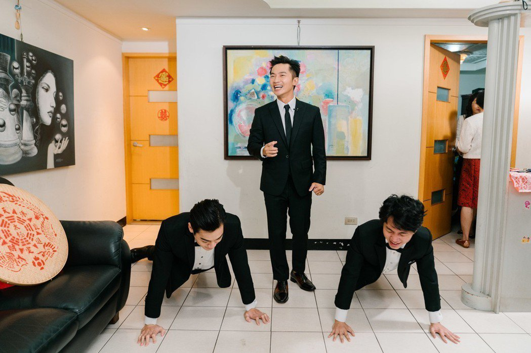 好友禾浩辰(布魯斯)擔任蔡昌憲伴郎,特地助陣幫忙迎娶。圖/群星瑞智提供