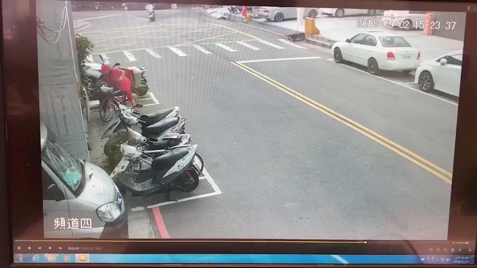 羅姓婦人日前騎腳踏車外出,看到路旁椅子有支手表,順手拿走,遭侵占罪送辦。記者袁志...