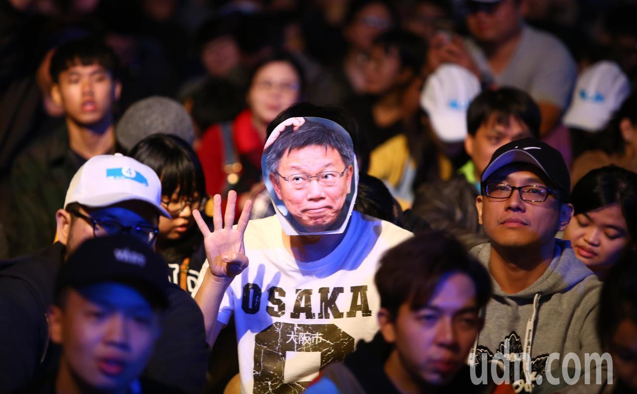 台北市長柯文哲選前在四四南村旁停車場舉行「市民覺醒」之夜。本報資料照/記者陳柏亨...