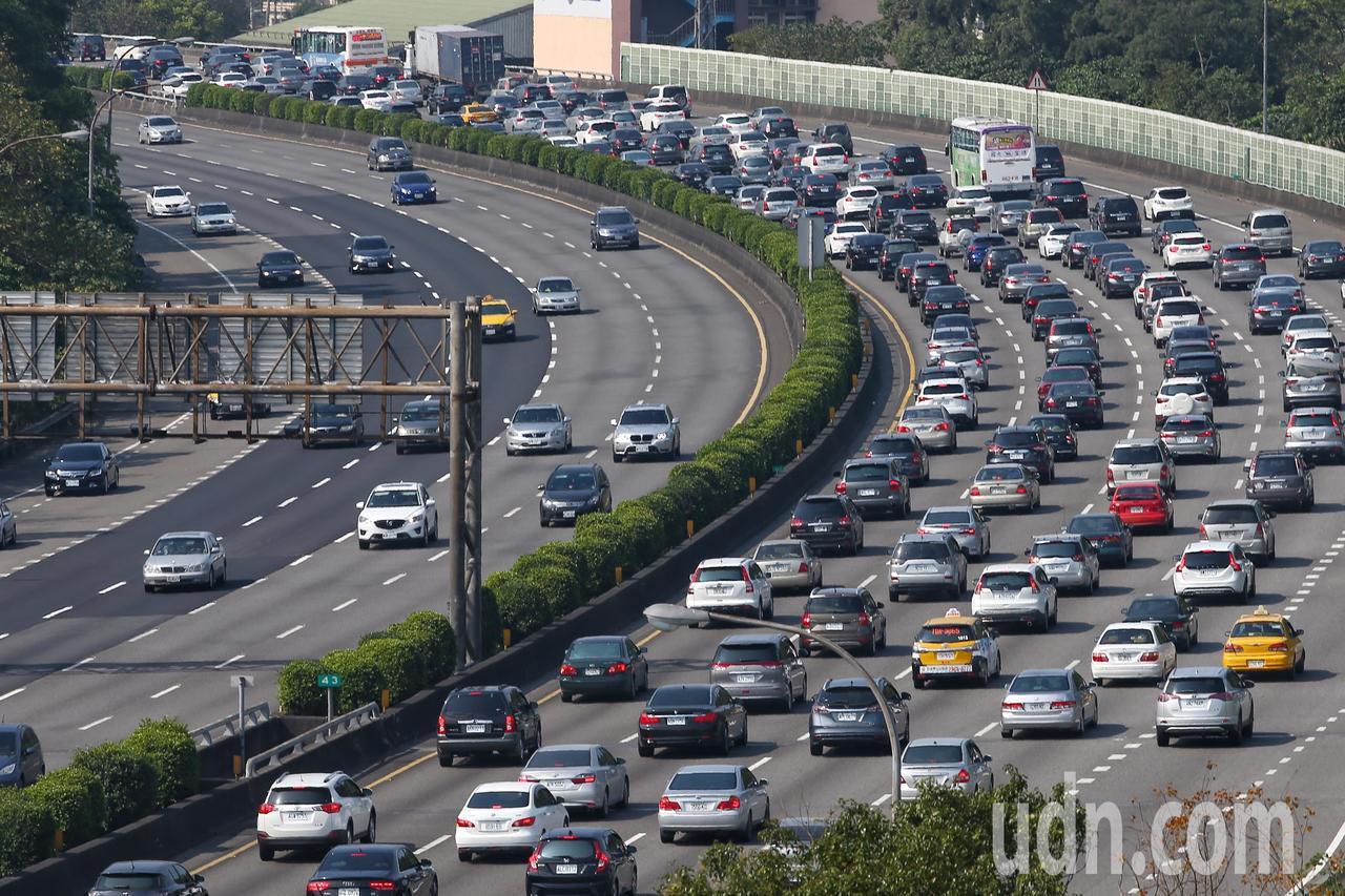 國道每逢連假必塞車。本報資料照/記者王騰毅攝影