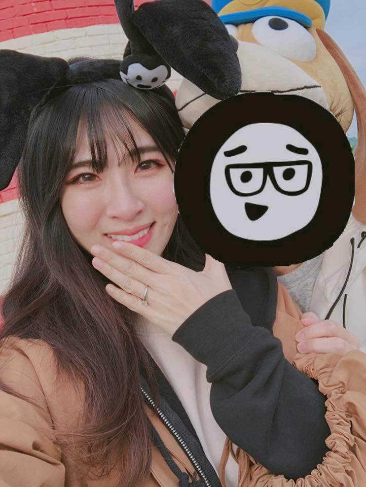 鄧福如(左)接受男友HowHow求婚,卻將對方打馬賽克。圖/摘自臉書