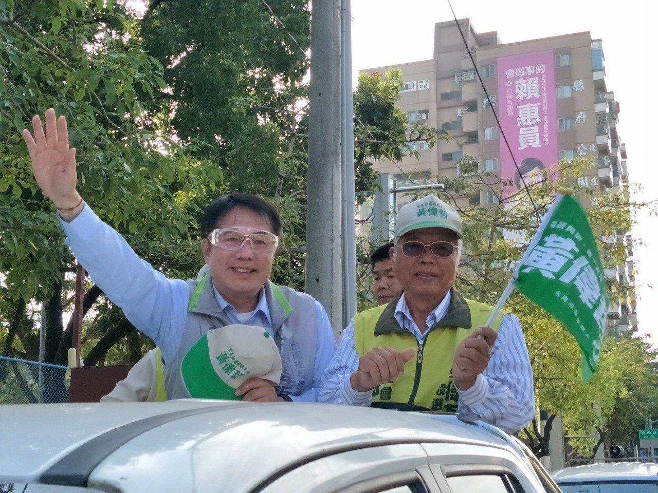 黃偉哲(左一)下午從新營區展開溪北地區謝票 。記者謝進盛/攝影