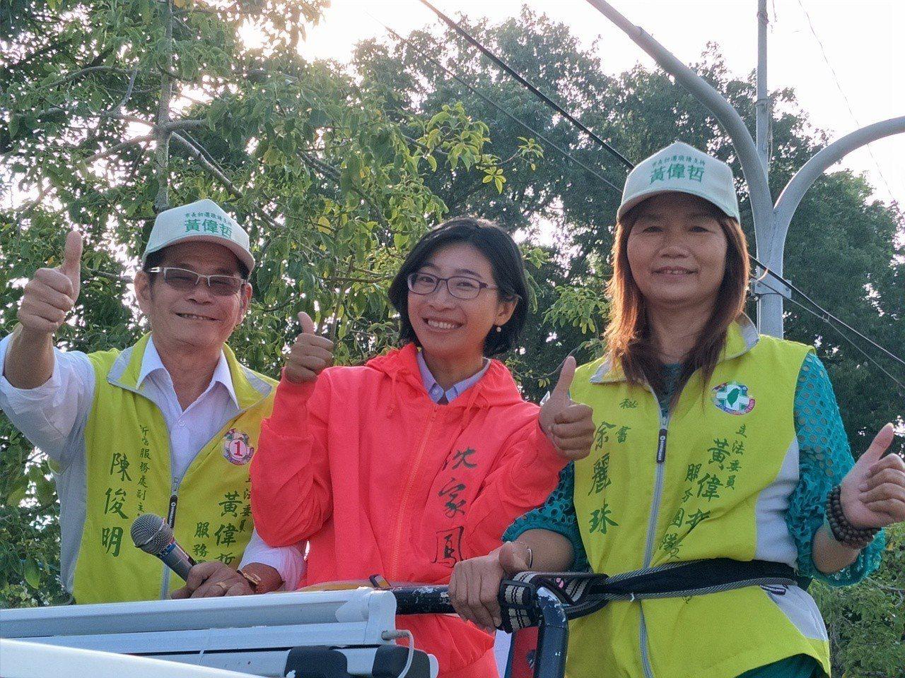 新當選台南市議員沈家鳳(中)陪同謝票。記者謝進盛/攝影