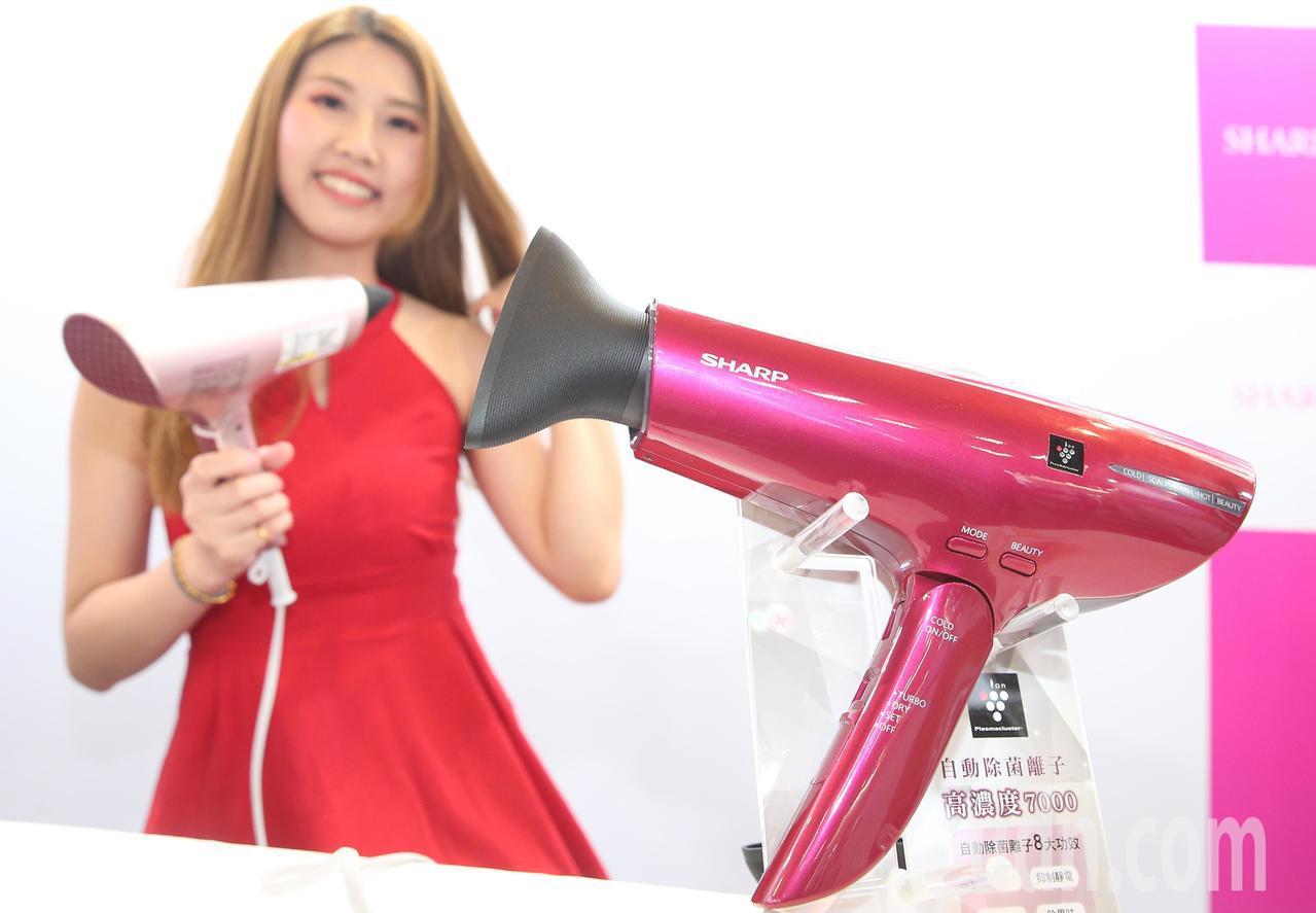 台灣夏普展推出負離子吹風機。記者陳正興/攝影