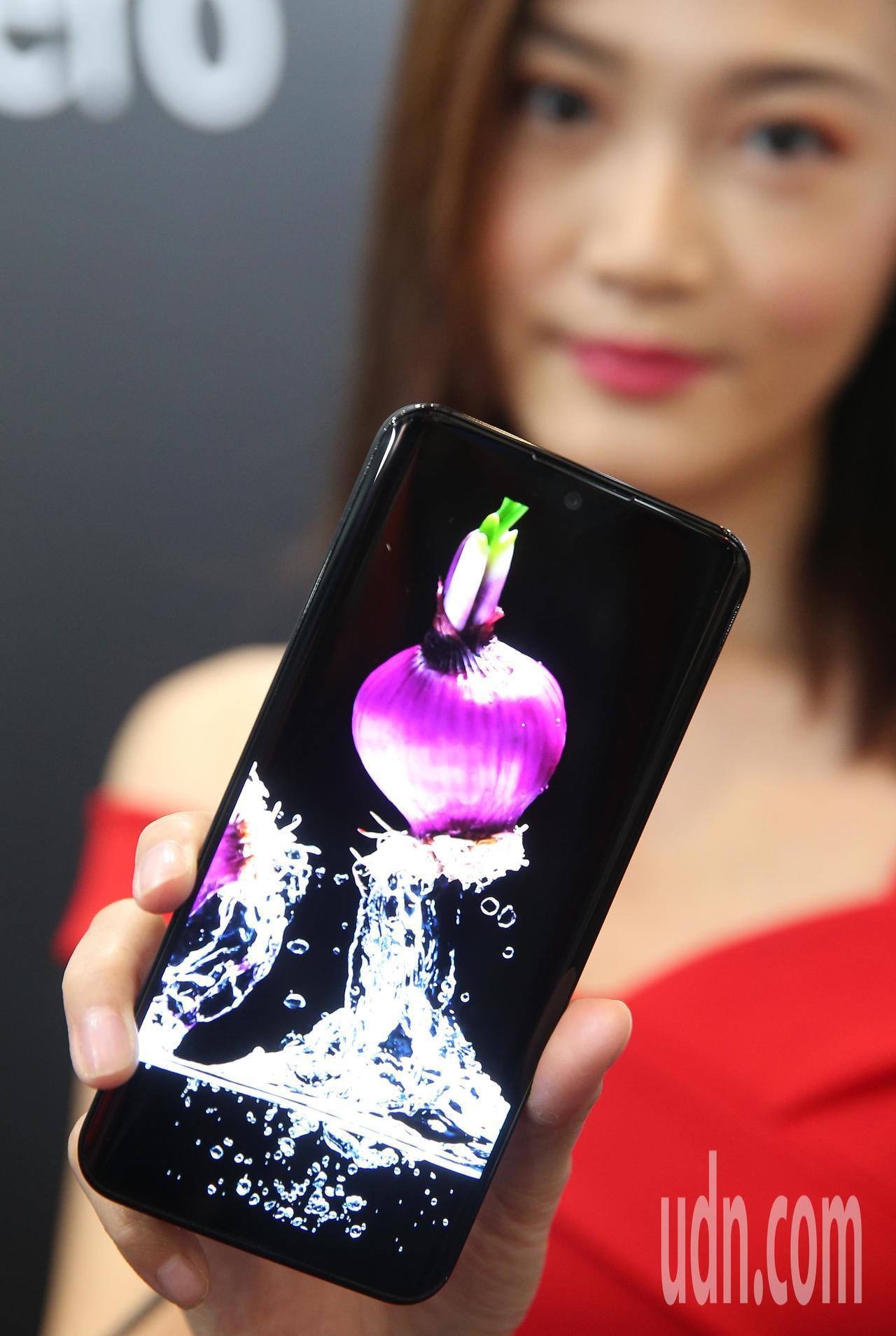 夏普旗下首款採用 OLED 的智慧型手機AQUOS Zero 。記者陳正興/攝影