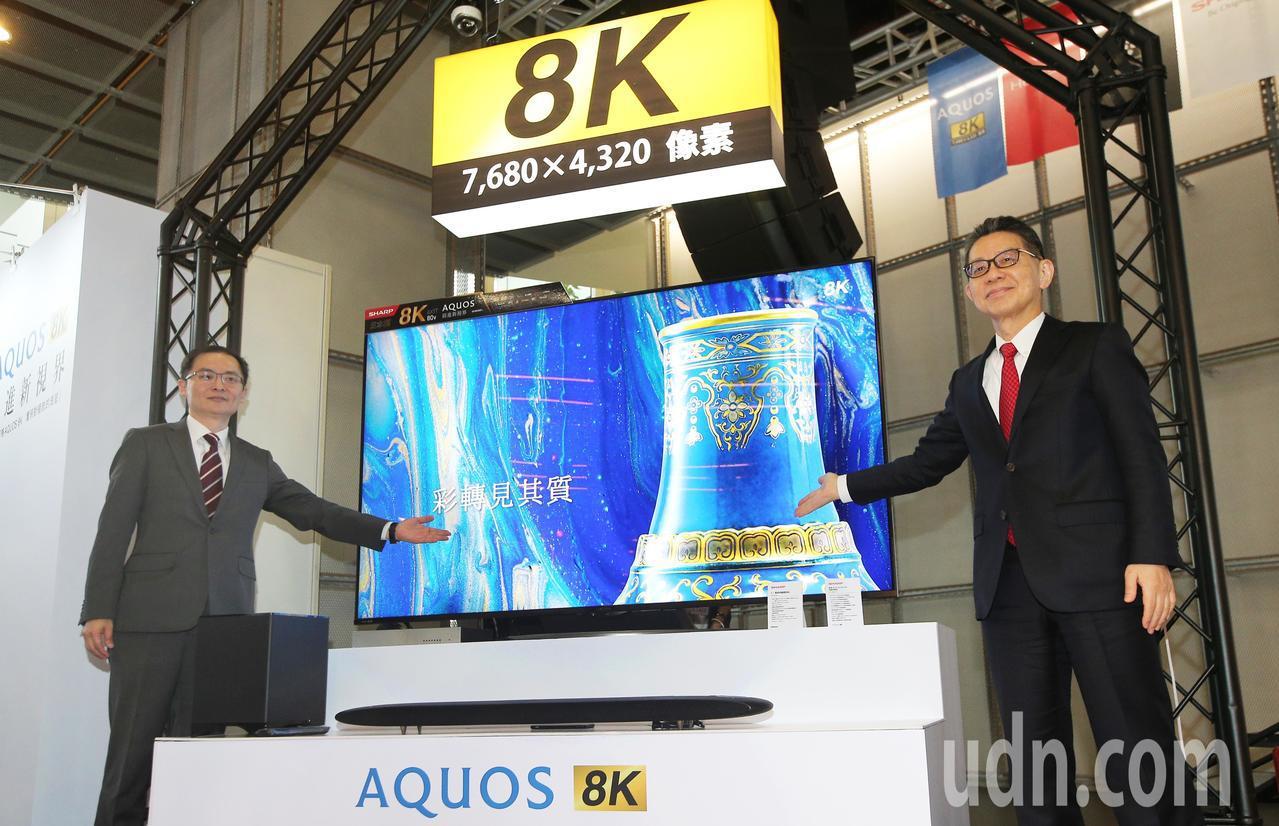 台灣夏普展出八大主題的全系列產品,夏普公司常務橋本仁宏(右)、台灣夏普總經理張凱...