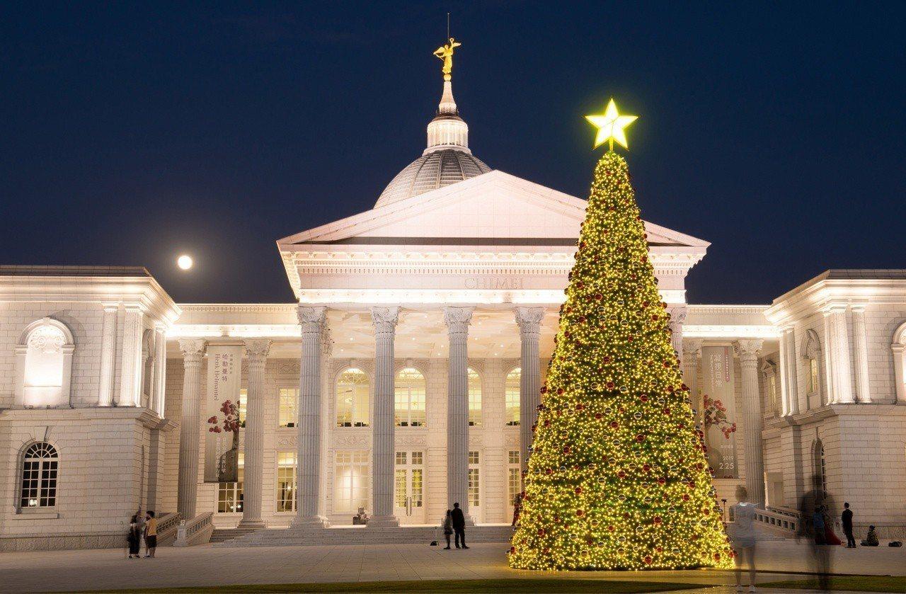 奇美博物館幸福耶誕樹越夜越美麗。圖/奇美博物館提供