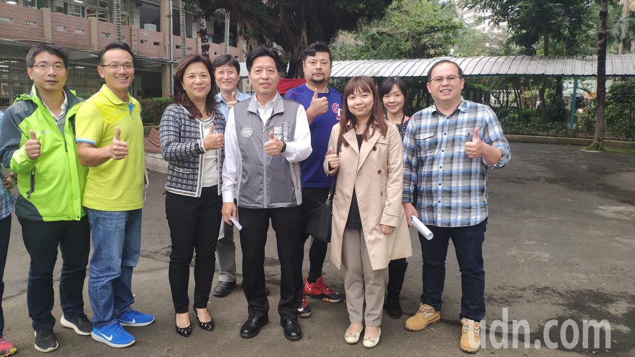 民進黨立委鄭寶清(前排中)指出,內閣將大幅改組。記者李京昇/攝影