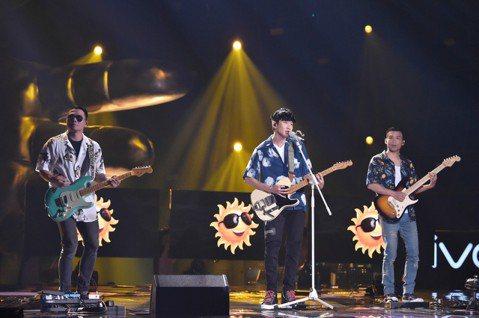 林俊傑接連在「夢想的聲音3」展現音樂才華,登場影片支支登上網路熱搜,上周他以龐克、雷鬼與鄉村搖滾改編蘇慧倫的經典歌曲「Lemon Tree」,跟原曲截然不同的輕快曲風讓觀眾耳目一新。他穿夏威夷花襯衫...