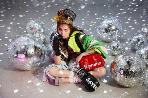 26歲的孫尤安被唱片公司相中,今(27日)首播單曲「黑歌」,她曾和柯震東傳緋聞,13歲就是社群網站「無名小站」的人氣美女,高中時經營網購服飾,年收入高達上百萬,然而太小就接觸現實世界,名利和爾虞我詐...
