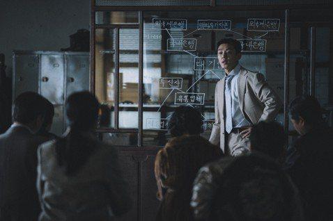 劉亞仁最新主演的劇情片「分秒幣爭」,在片中演出一心想發國難財反轉自己人生的金融顧問,很多場戲都是沒有跟主要演員一同演出,讓他笑說:「這個拍攝過程真的很孤獨。」劉亞仁在片中與其他主角,包括金憓秀等人沒...