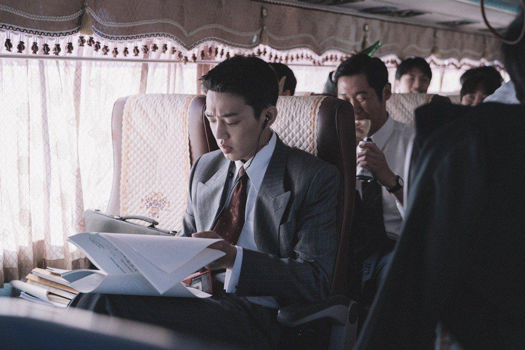劉亞仁在「分秒幣爭」演出發國難財的金融顧問。圖/華映提供