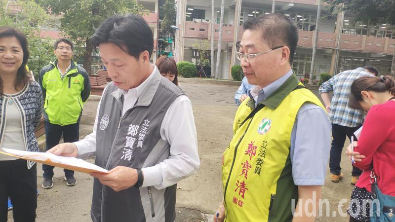 立委鄭寶清(左2)今天到青溪國中關切校方排水系統改善計畫。記者李京昇/攝影