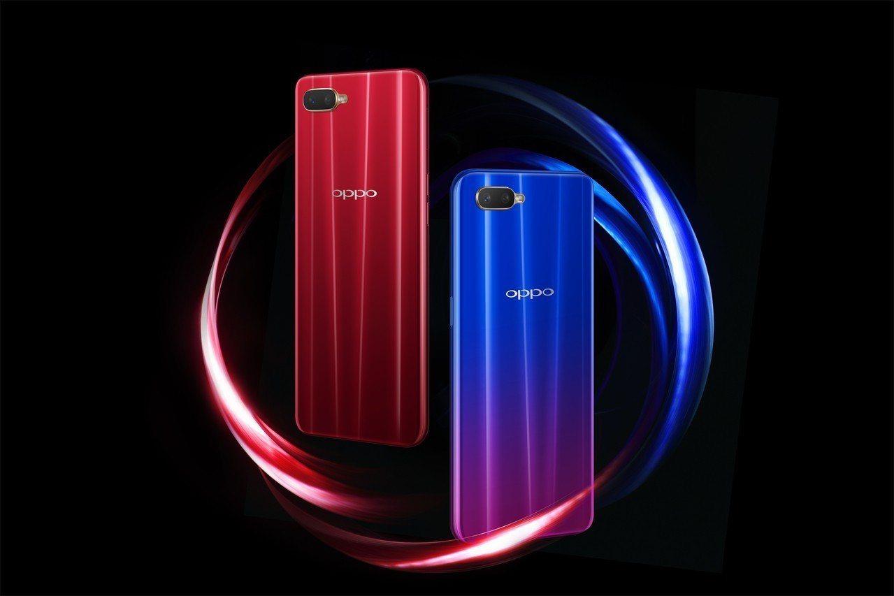 OPPO AX7 Pro梵星藍是藍粉撞色,摩卡紅則為紅黑漸層。圖/OPPO提供