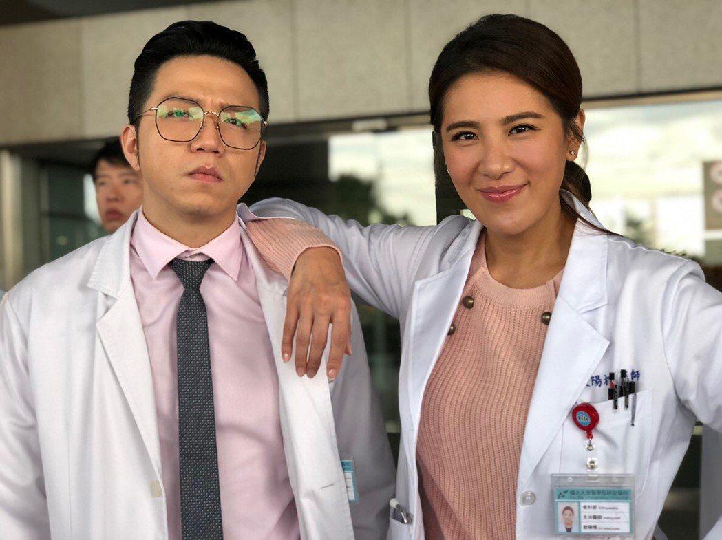小禎(右)、大飛演出「實習醫師鬥格」,好不容易享受當醫生的快感,對戲殺青依依不捨