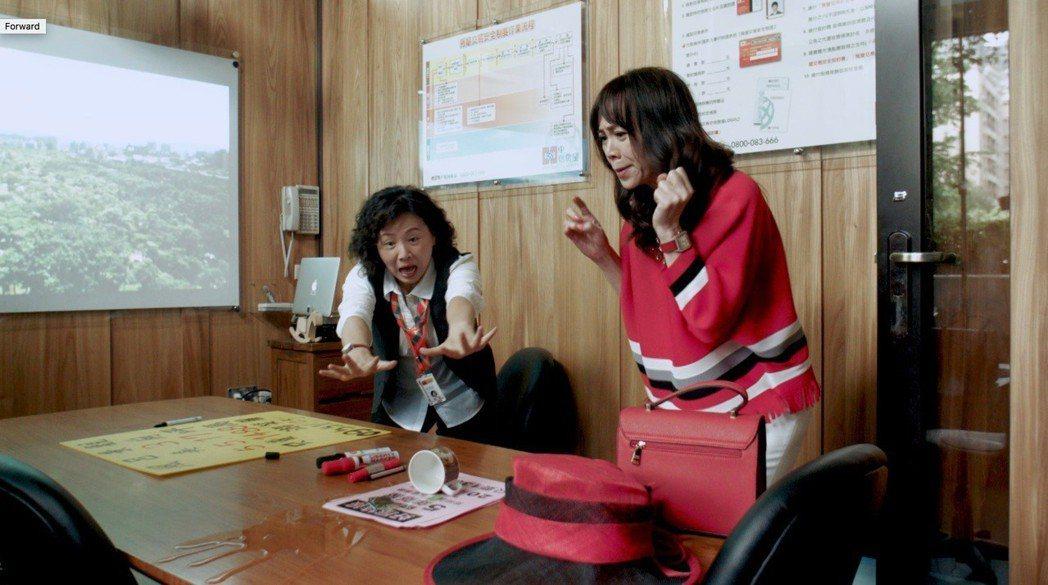 江映瑤(右)在戲中飾演天真貴婦。圖/公視提供