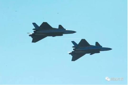 十一月六日,中共殲-20戰機在珠海航展上首次以編隊飛行展示。(中共國防時報微信照...