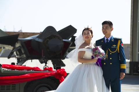 中共空軍殲-20飛行員廖勇(右)和妻子王小燕今年十月底,才剛在殲廿戰機前拍結婚照...