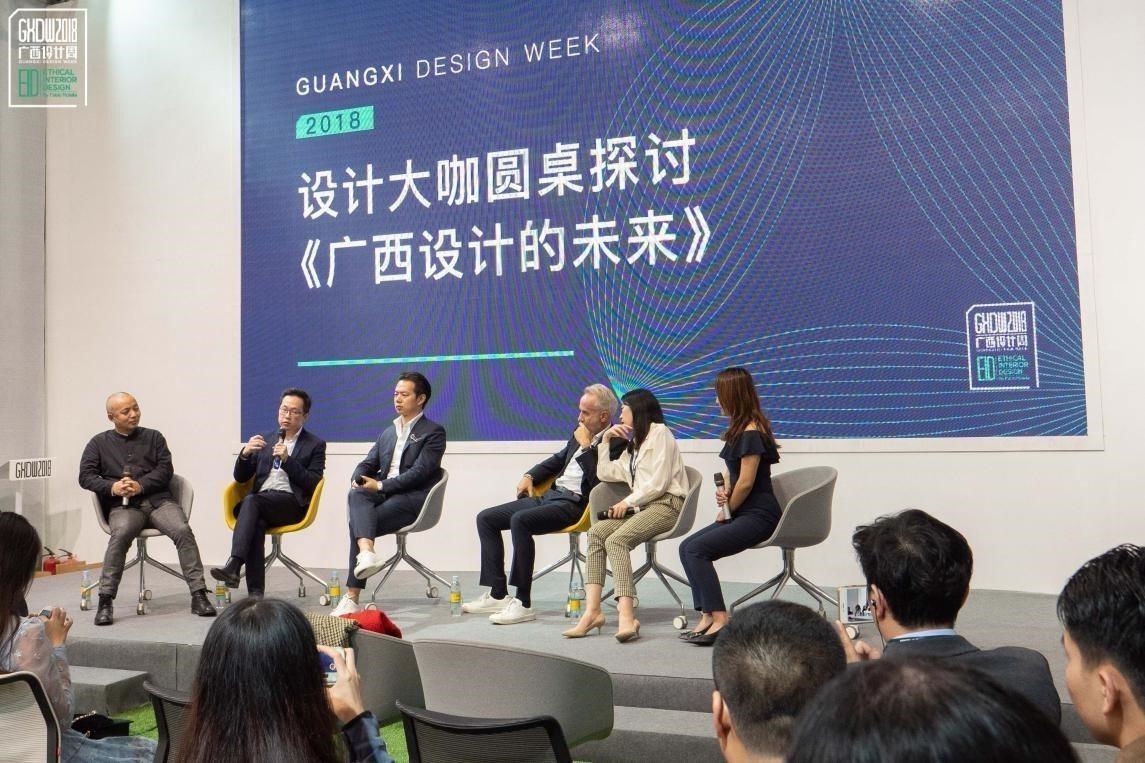 台灣青年室內設計師黃士華(左二),與米蘭設計周藝術總監Fabio Rotella...