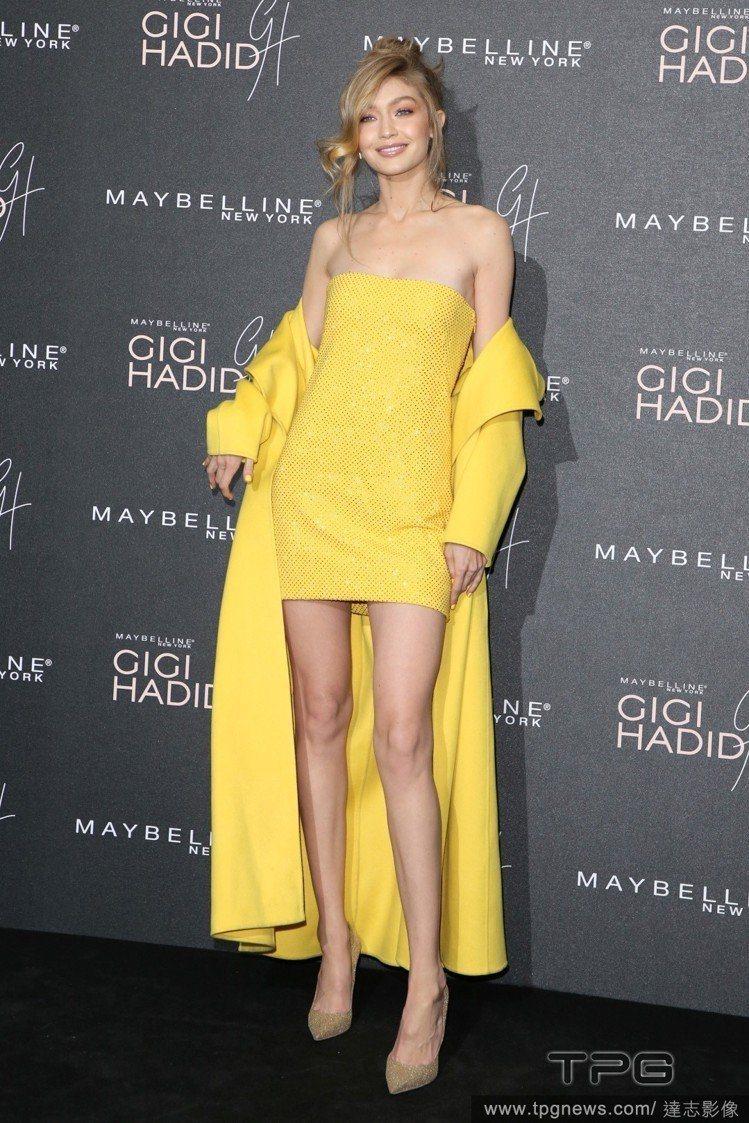吉吉哈蒂德用 Ralph Lauren 2017秋冬大衣和洋裝穿出超性感的氛圍。...