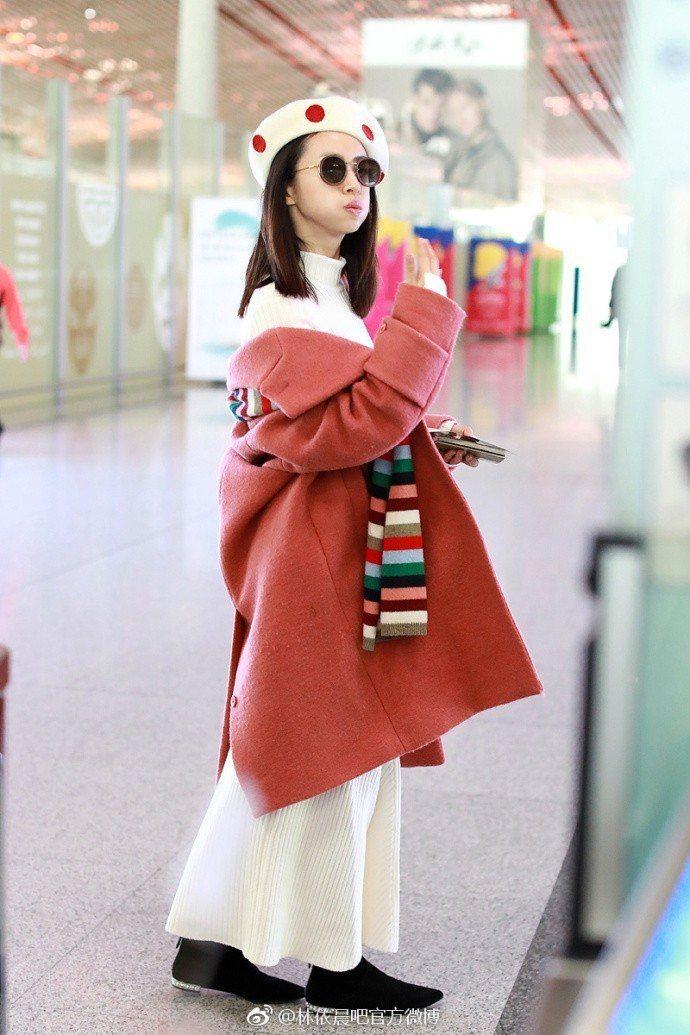 林依晨以「草莓晨」的穿搭主題現身北京機場。圖/取自微博