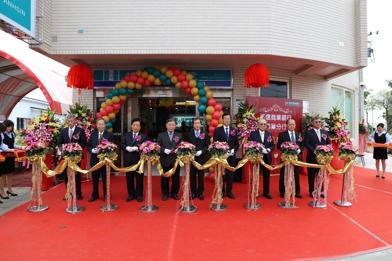 板信銀行董事長劉炳輝(右五)主持高雄燕巢分行開幕。圖/板信銀提供