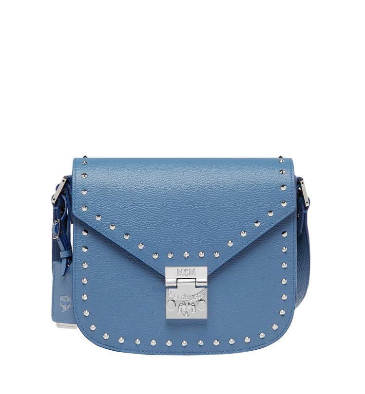 Patricia天藍色鉚釘肩背包,售價34,000元。圖/MCM提供