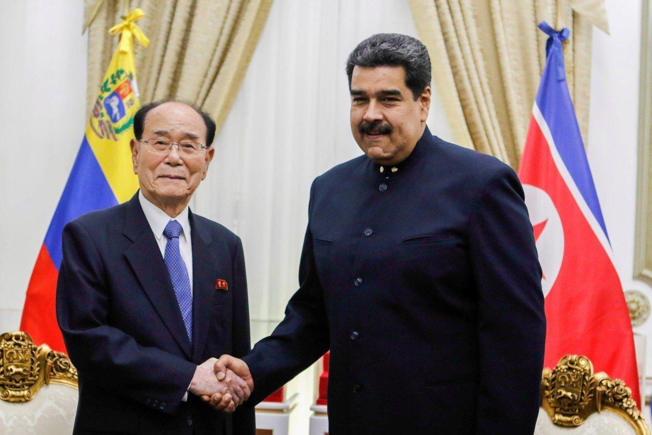 北韓高官金永南(左)拜見委內瑞拉總統馬杜洛。 路透社
