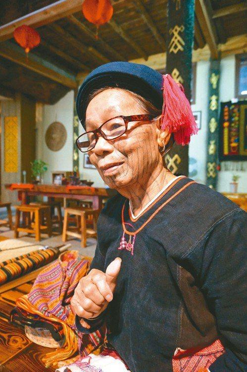 黎族傳統文化博物館裡,展示黎族婦女的紋身繡面。 記者胡明揚/攝影