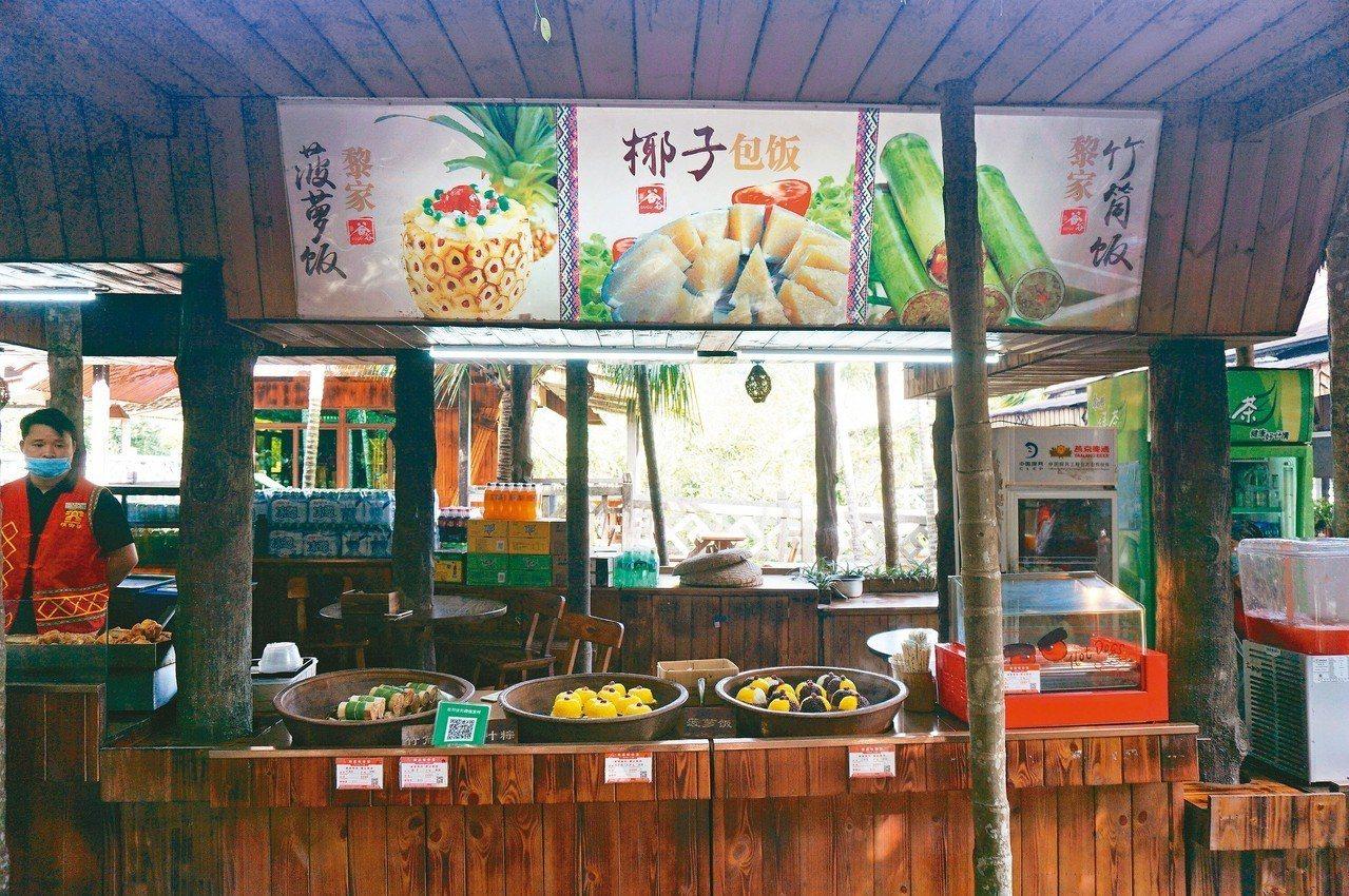 黎族的竹筒飯、椰子飯、菠蘿飯。 記者胡明揚/攝影 圖/本報保亭傳真
