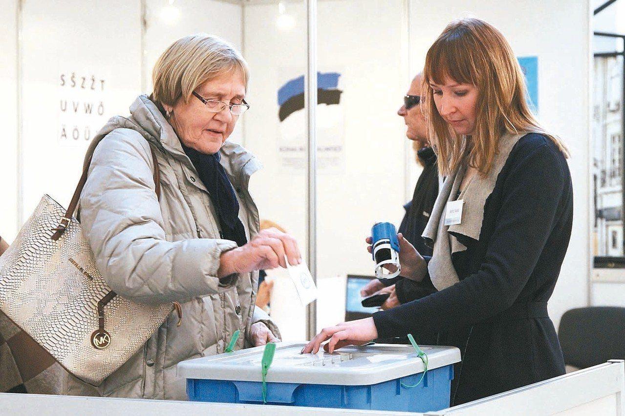愛沙尼亞實施線上投票多年,民眾也可到投票站採紙本投票。 圖/聯合報系資料照片