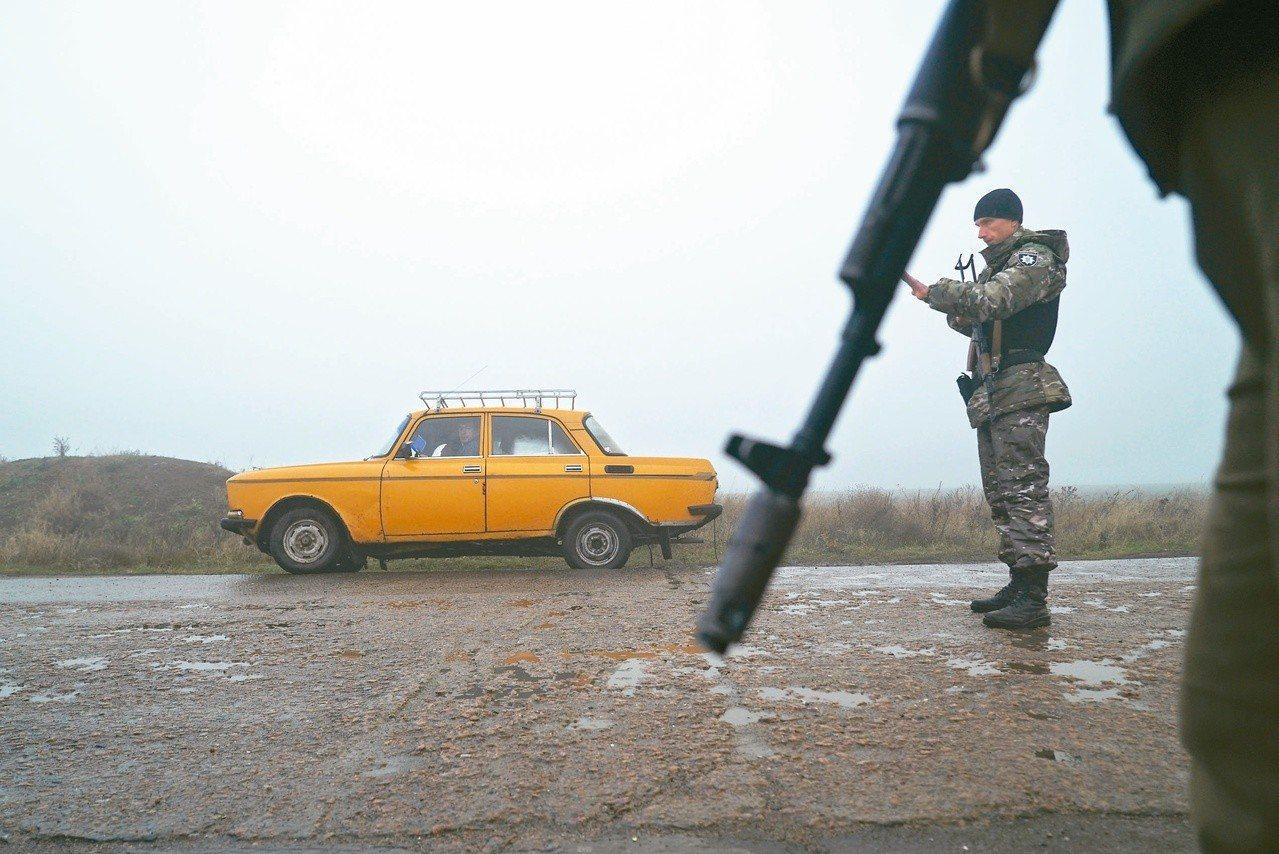 烏克蘭宣布與俄國邊境戒嚴。圖為士兵臨檢邊境的車輛。(美聯社)
