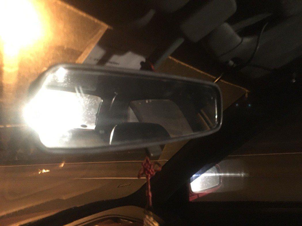 開車遇到後方車遠光燈近距離照射,駕駛人容易因後照鏡有強光分心。 聯合報系資料照