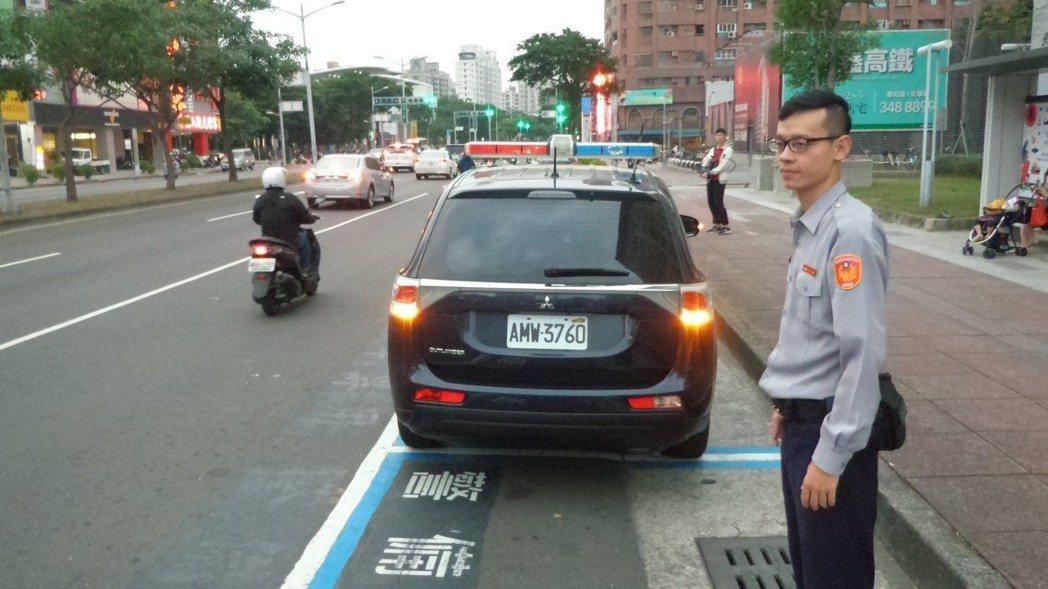 國道警察執勤遭撞,高雄市警局推動「大家一起閃雙黃燈提醒後車」,維護執勤員警安全。...