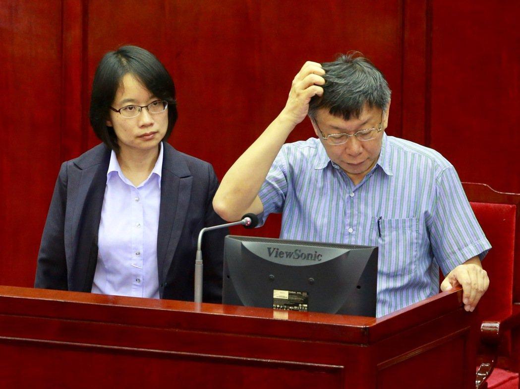 北農總經理吳音寧(左)上任初期曾進議會備詢,後來表示依法不再去,台北市長柯文哲說...