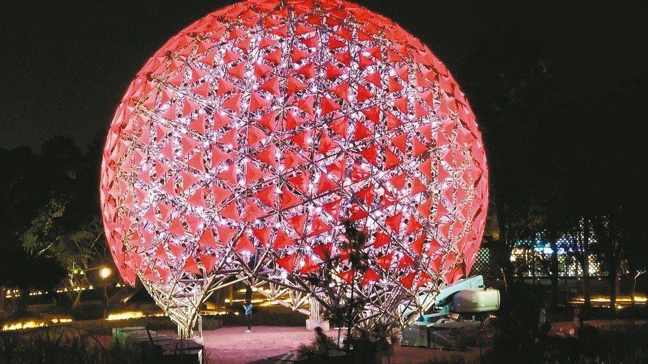 臺中花博會地表最大機械花,利茗機械提供697顆減速機傳動。 利茗機械/提供