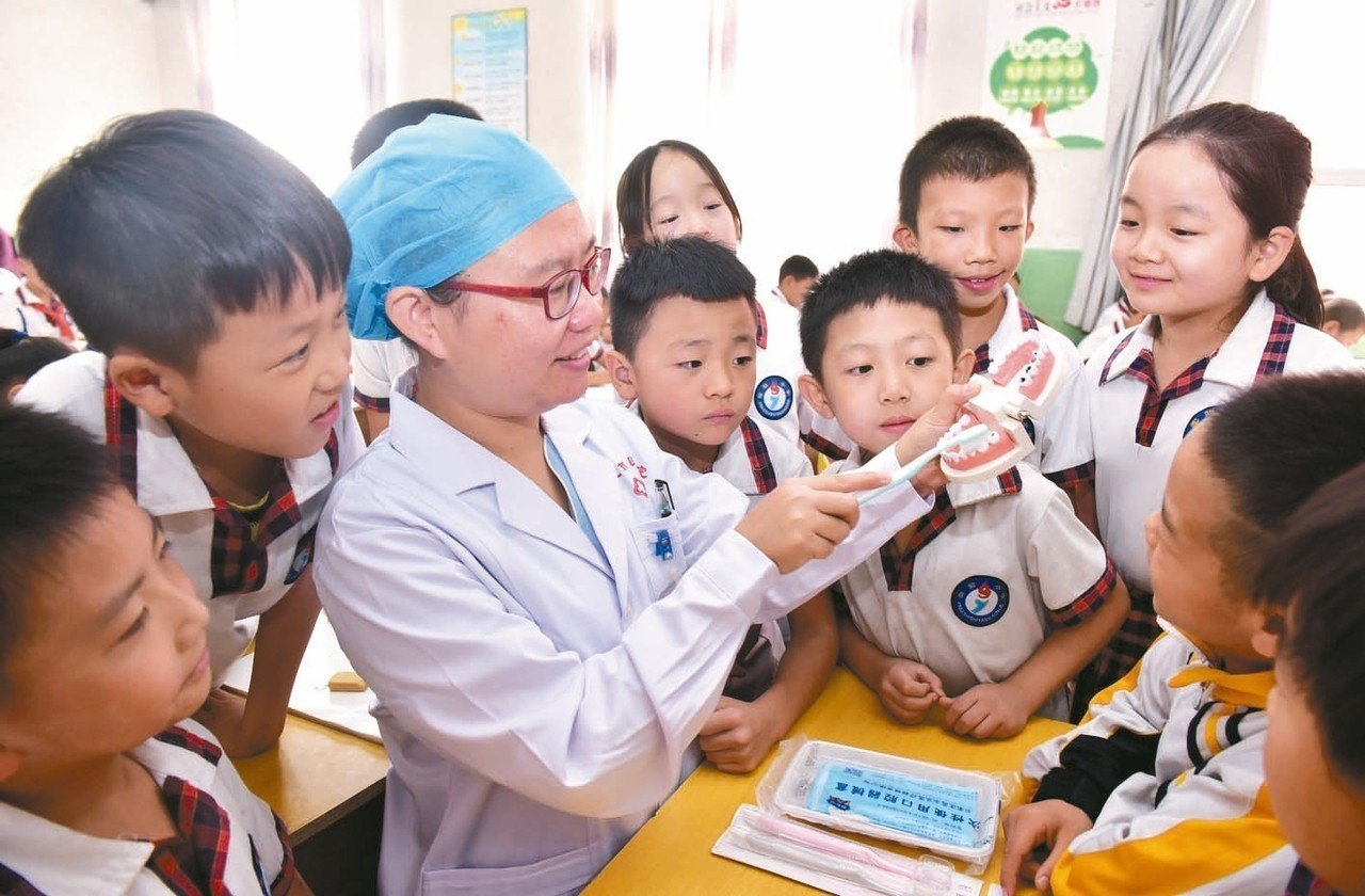 大陸口腔醫療市場爆發性成長。圖為牙科醫生教導學生刷牙方法。 (新華社)