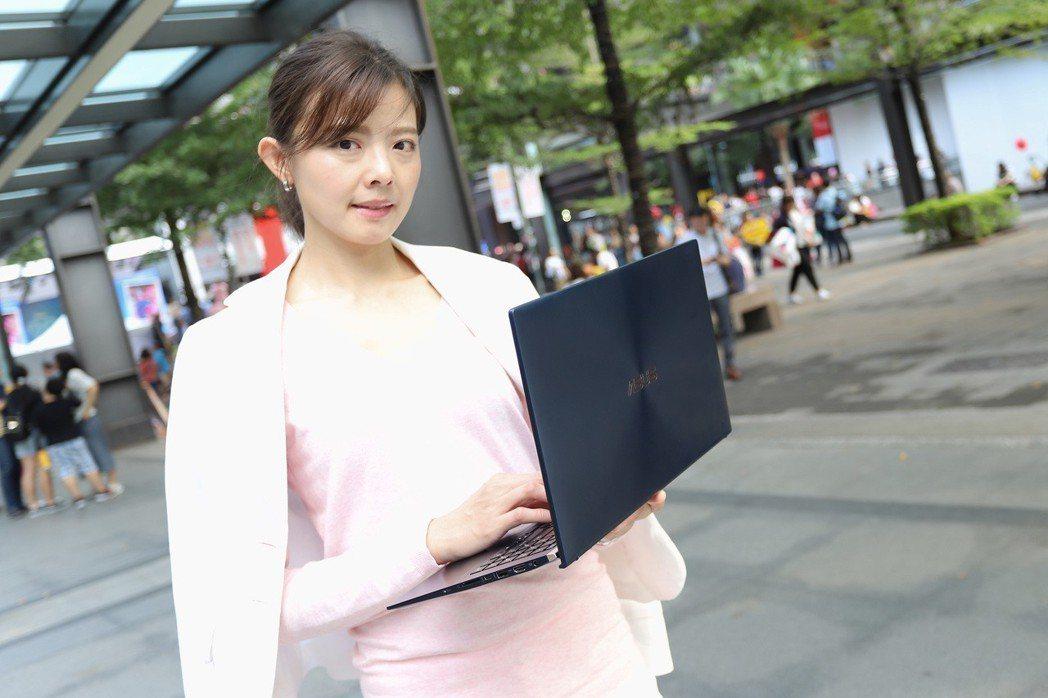 ZenBook 15重1.59公斤、是全球最小15吋筆電,攜帶相當方便。 彭子豪...