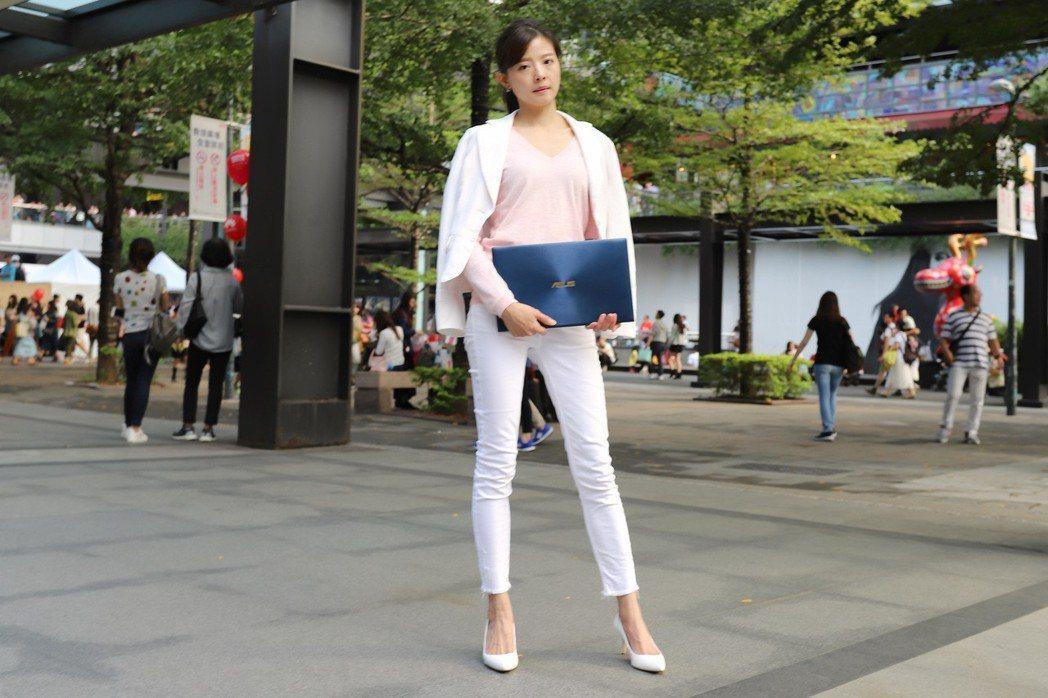 ZenBook 15的美無法忽視,走在時尚大街上即是焦點。 彭子豪/攝影