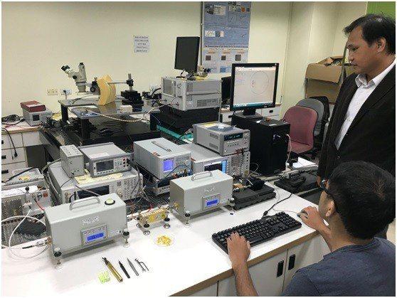 邱顯欽教授團隊擁有全台第一套由Maury公司所提供高功率Load-Pull量測系...