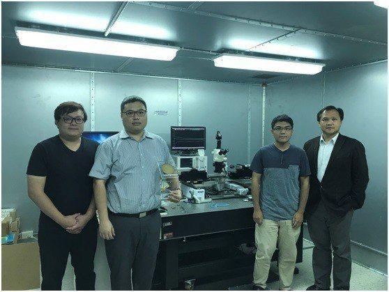 邱顯欽教授(右一)團隊擁有國家級110GHz高頻量測系統,並且完成開發第五代行動...