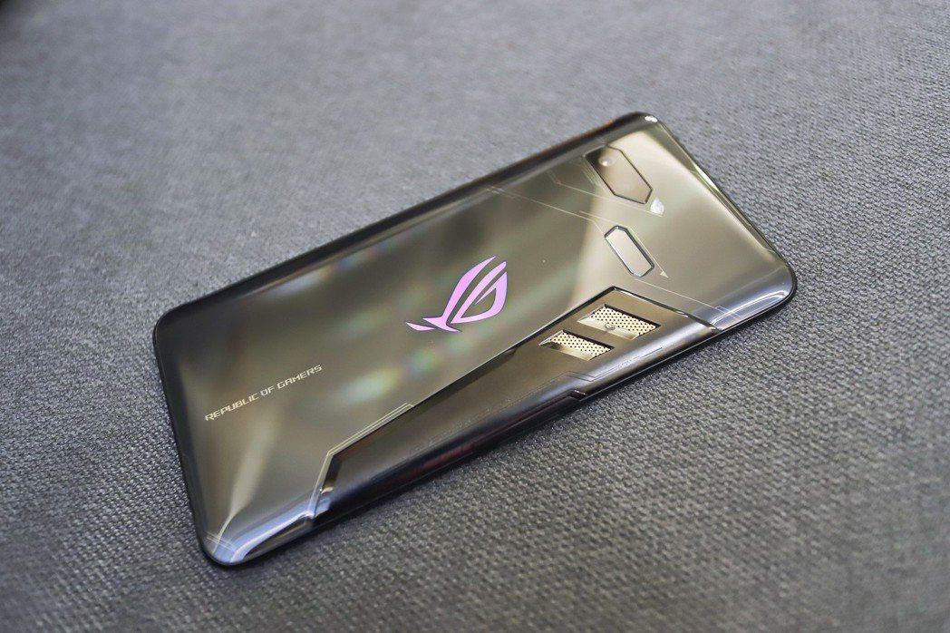 ROG Phone設計和市售手機的設計圖騰就是熱血,對於遊戲玩家相當具有吸引力。...