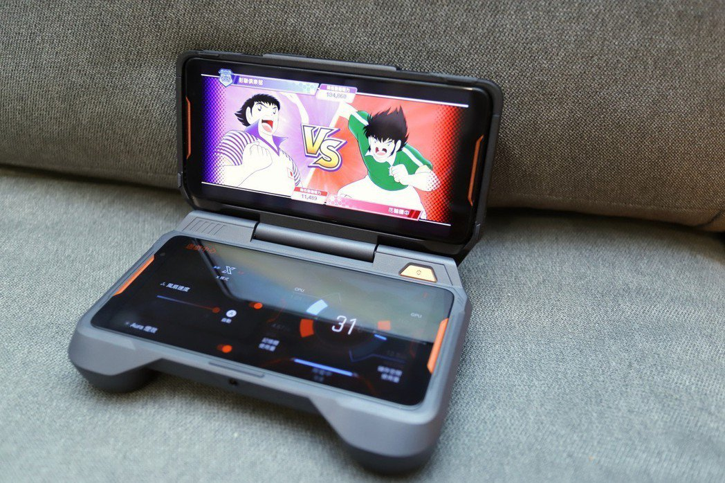 足球小將翼:夢幻隊伍搭配雙螢幕,上為遊戲內容下則可做系統切換,科技感十足,效能可...