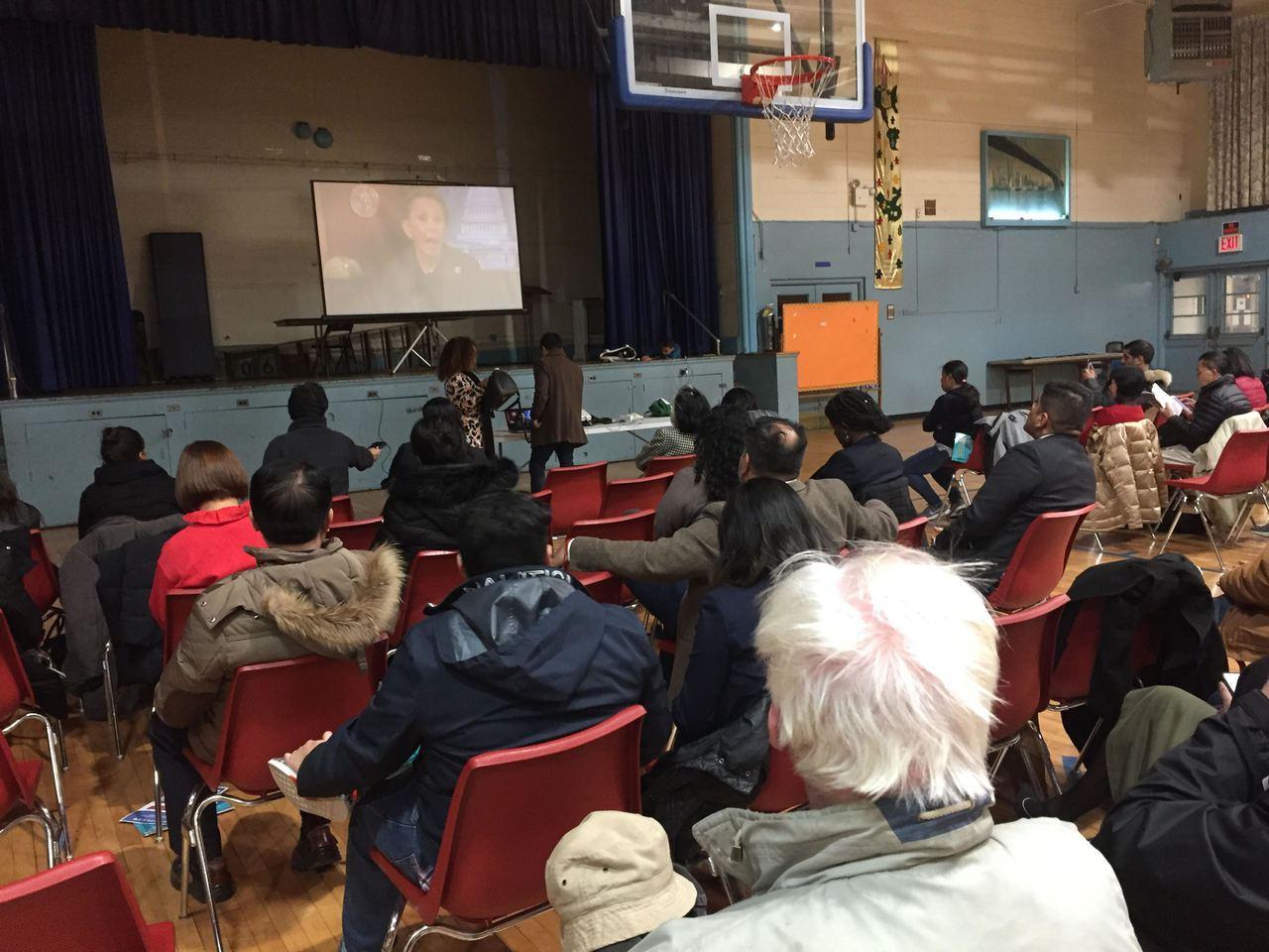 市議員萬齊家、國會眾議員維樂貴絲27日聯合紐約移民聯盟,召開「公共負擔:對移民家...