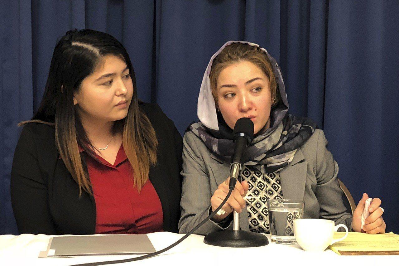 維吾爾族婦女米娜(右)表示,2017年她在中國第二度被捕後,連續遭到拷問四天,不...