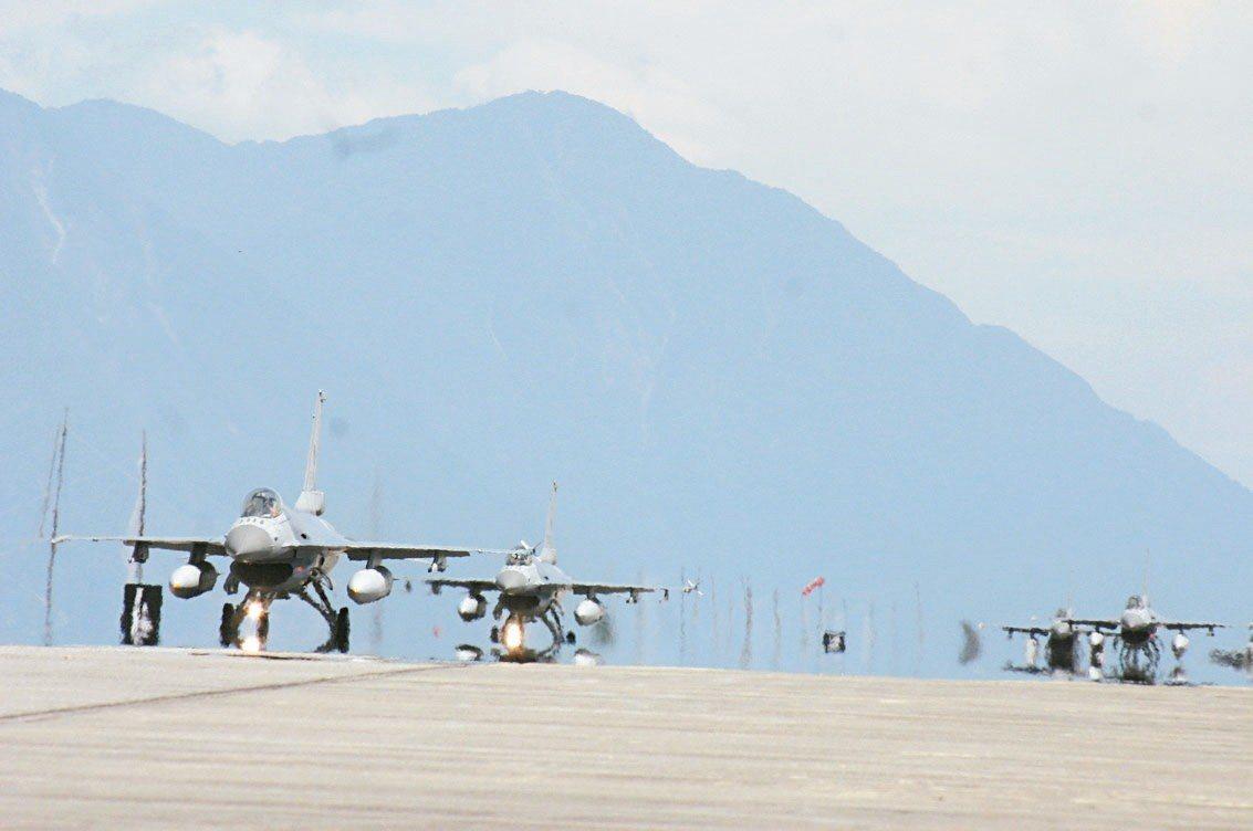 F-16戰機為我軍目前主力戰機之一,圖為部署花蓮的F-16戰機群。 記者洪哲政/...