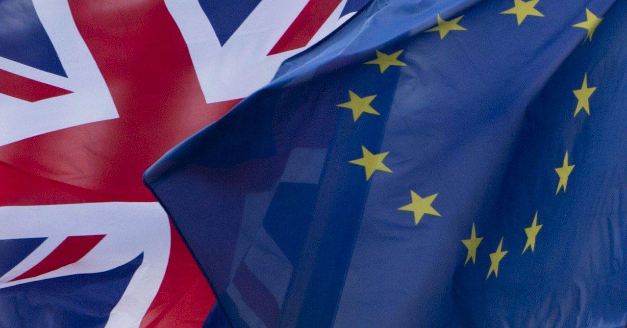 推動2次脫歐公投的約100名支持者今天聚集在英國首相梅伊(Theresa May...
