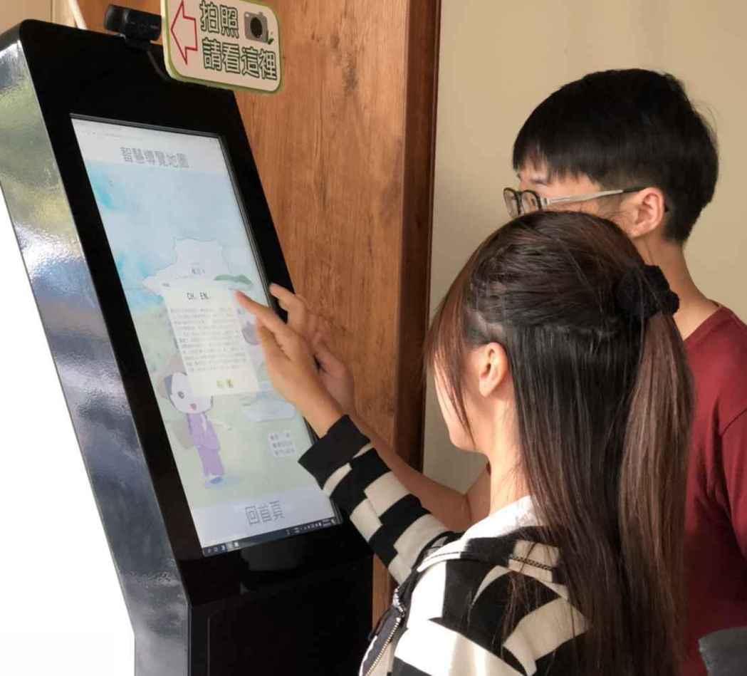南投鹿谷體驗KISKO智慧互動機台。 中華軟協/提供